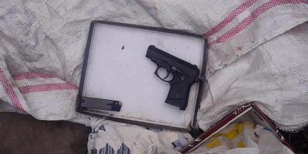 Жіночка при ділі: у кременчужанки вилучили «метадон» та пістолет