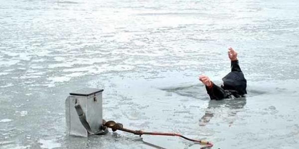 Рятувальники витягли 77-річного рибалку, який провалився у річку на крихкій кризі