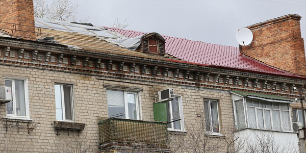 Вот так «сорвало крышу»: по проспекту Свободы, 47 при шквальном ветре строители начали натягивать пленку