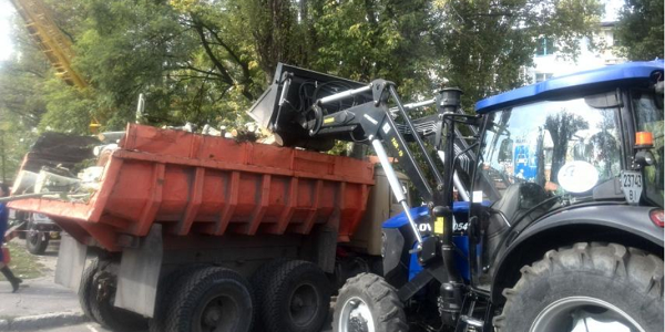 Кременчуцькі комунальники зносять аварійні дерева, щоб зігріти малозабезпечених кременчужан
