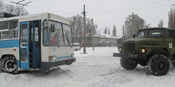 Кременчуцькі рятувальники визволяли тролейбус зі снігу