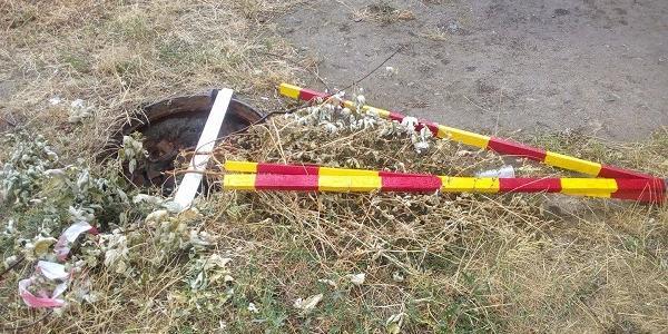 Комунальні служби обгородили один із люків аварійною стрічкою, а пізніше про нього забули.