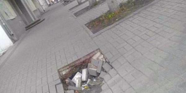 В центре Кременчуга провалился тротуар: мэрия устроит «темную» Полтаваоблэнерго
