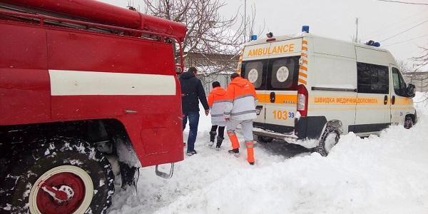 """У Кременчуці у снігових заметах застрягла карета """"швидкої"""" і трактор, що розчищяв дорогу"""