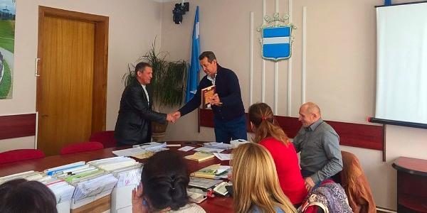 Депутат Таценюк дарит коллегам «Мудрость тысячелетий»