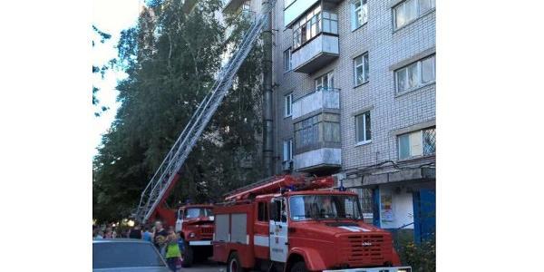 На місці працюють два відділення рятувальників.