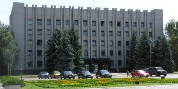 В пятницу чиновникам и посетителям мэрии Кременчуга машины придётся парковать подальше от админздания