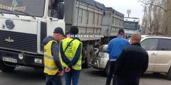 У Кременчуці не розминулись вантажівка і легковик