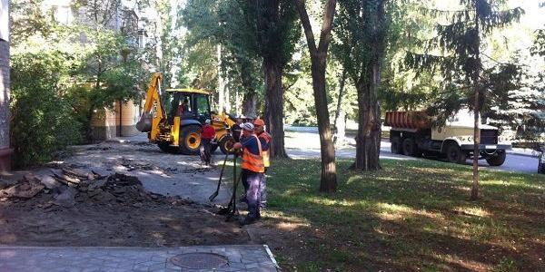 Пройшло більше року: міська влада нарешті звернула увагу на «роздовбані» тротуари бульвару Пушкіна