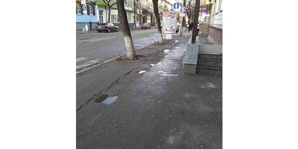 Кременчужане: «Эти тротуары – препятствие для детских колясок и тех, кто ходит на каблуках»