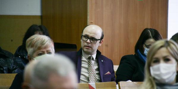 У боргах, як у реп'яхах»: «гламурна синя кульбабка», депутат Полтавської облради, член фракції «За майбутнє» Дядик може не виїхати за кордон