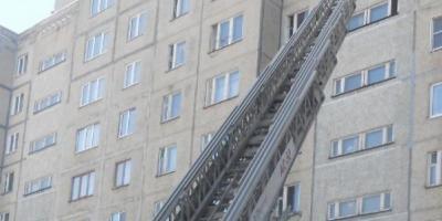 Спасатели попали в чужую квартиру через балкон