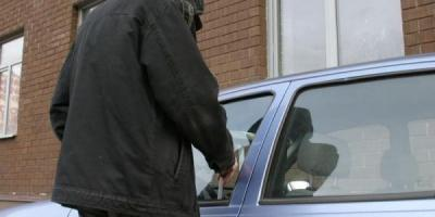 В Кременчуге воры смогли украсть вещи из авто без взлома