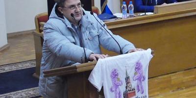 Жоган подарил Малецкому футболку с изображением Кремля