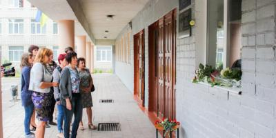 «Мы доски открываем не для пиара»: на фасаде школы №8 открыли мемориальную доску участнику АТО Невидничему
