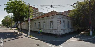 Лакомый кусок в центре Кременчуга: здание автошколы рушится и никак не продастся