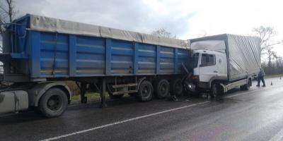 НаавтодорозіПолтава – Олександрія зіштовхнулися дві фури: водія госпіталізували