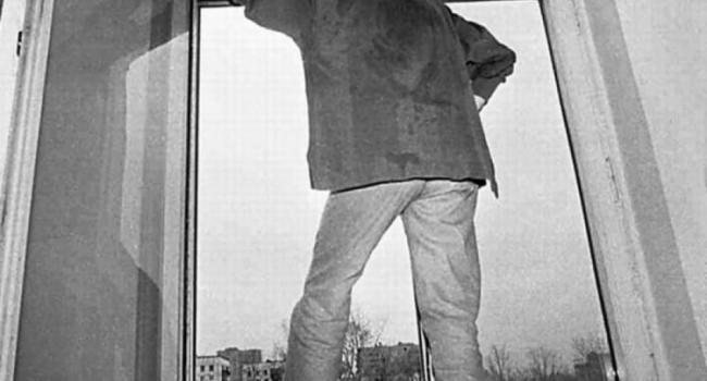 На Молодежном мужчина выпал с пятого этажа (дополнено)
