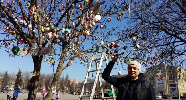 Кременчужане украшают главное пасхальное дерево города