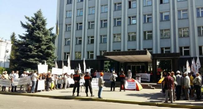 У здания УПДМН продолжается пикет работников «Укртатнафты»