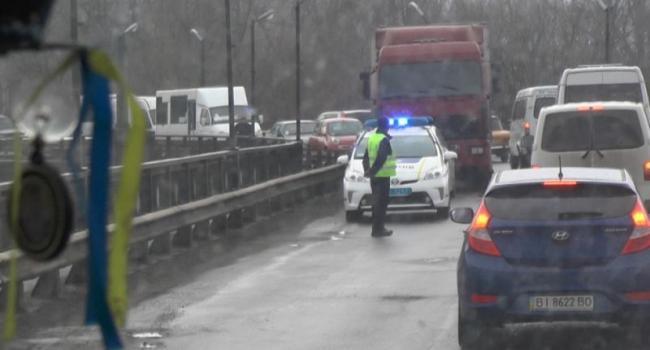Фуру с Крюковского моста, из-за чего «стоит полгорода», убрать не могут – нет водителя