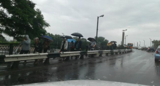 На Крюковском мосту выстроилась «пешеходная очередь»
