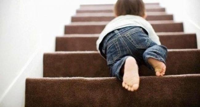 Со второго этажа лестничной клетки упал ребенок