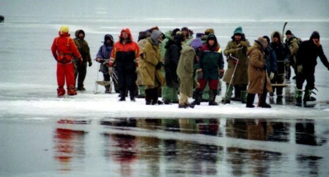 В Полтавской области на оторвавшейся льдине оказались 150 рыбаков