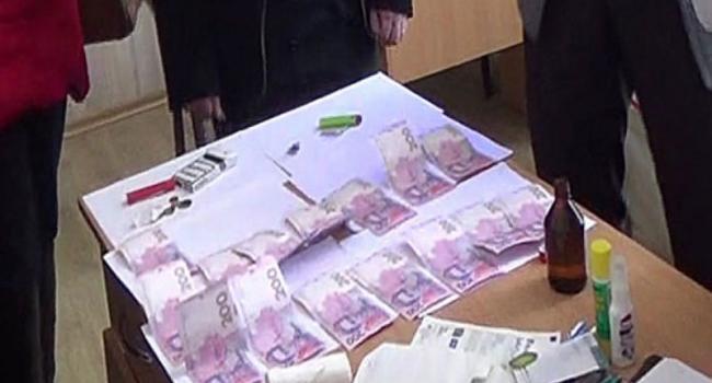 На Полтавщине задержали врача во время получения взятки