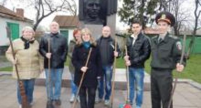На могиле родителей А.С. Макаренко навели порядок