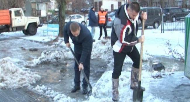 Малецкий жжет: мэр взял лопату, а коммунальщики «засунули руки в карманы»
