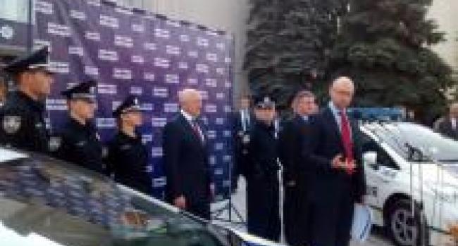 Яценюк пообещал, что полтавские полицейские будут получать по 10 тысяч гривен