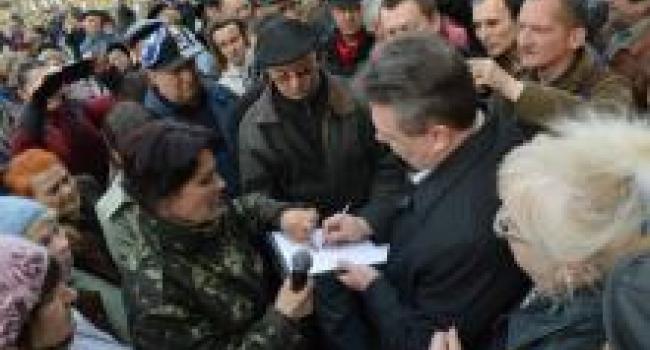 """В Полтаве митингующие """"уволили"""" замглавы облсовета"""