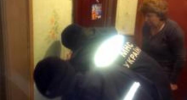 Спасатели вскрывали двери в квартиру, где ребенок закрыл маму на балконе
