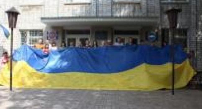 В Кременчуг привезли 10-метровое Знамя единства