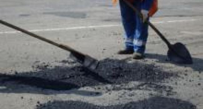 Дорожные службы ликвидируют ямы на дорогах Кременчуга