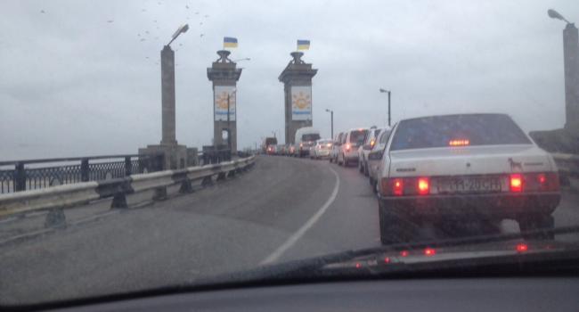 В Кременчуге пробка на Крюковском мосту