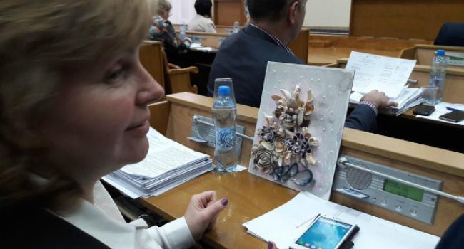 Татьяна Сидерка получила подарок от Юрия Жогана за искоренение благотворительных взносов в школах