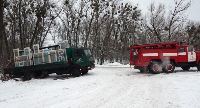 Спасатели освобождают машины из снежных заносов