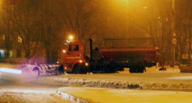 Кременчугские коммунальщики начали посыпать дороги
