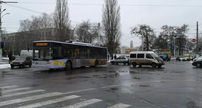 Троллейбус застрял на перекррестке