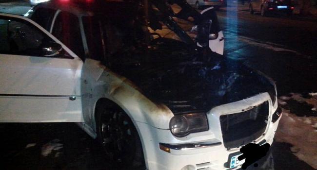 Chrysler С300 в центре Кременчуга поджигали, не побоявшись свидетеля