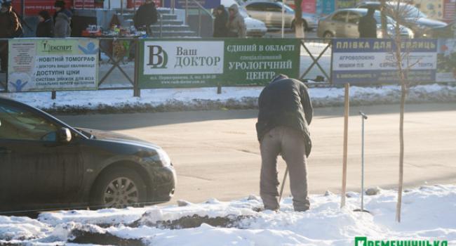 Рабочие мучаются, долбя лед и разгребая снег при установке ограждений