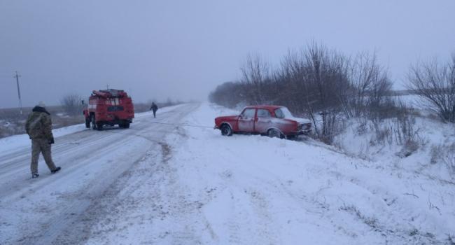Спасатели вытаскивают машины из заносов