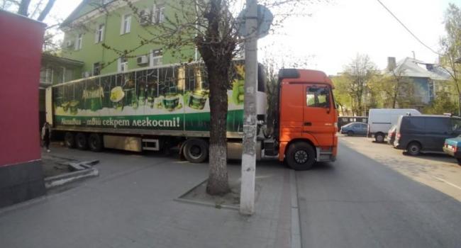 У центрі Кременчука фура регулярно перегороджує тротуар