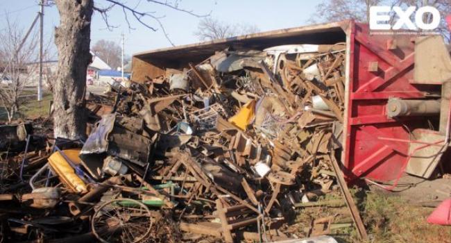 На Полтавщине фура с металлоломом «легла на бок» на повороте (ФОТО)