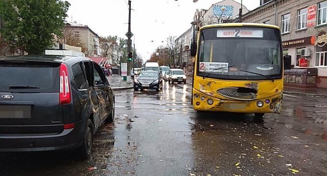 У центрі Кременчука не роз'їхалися пасажирський автобус та легковик