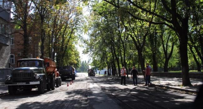 На вулиці Коцюбинського асфальт укладають великими «картами»