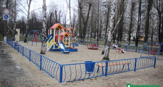 Детскую площадку на Молодежном открыли и увидели: ее либо недоделали – либо уже вандалы раскурочили