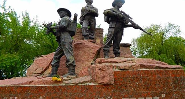 В парке на Молодежном демонтируют скульптуры памятника «На афганской тропе»